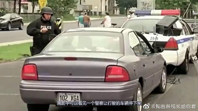 警察道路查车,发现炸弹后让过路男孩拿出来?网友:结果太意外!