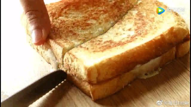 会爆浆的芝士吐司做法,快手早餐面包,满满芝士拉丝,满足感爆表!