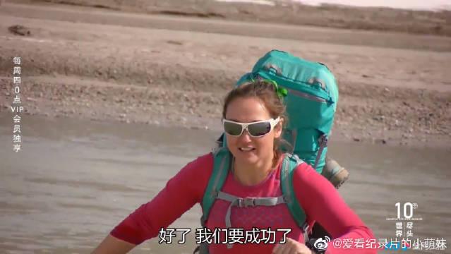 危险无处不在,探险者大意失足误踩流沙,看着真的很揪心啊