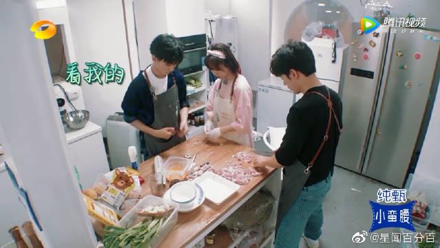 杨紫切肉刀工略生疏,王俊凯上线又帮大忙了,小凯你真是个好弟弟啊