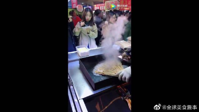 街头小吃铁板烤鸭肠,美女都喜欢吃!
