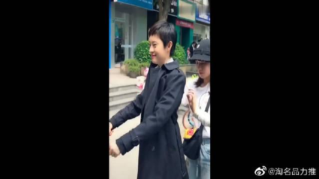 孙俪穿黑色风衣外套搭配白衬衫,娘娘的气质太好了!