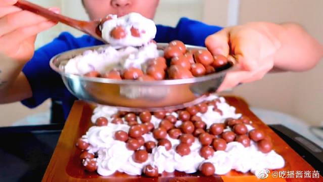 麦提莎巧克力球配希腊香草酸奶,奶油,吐司面包
