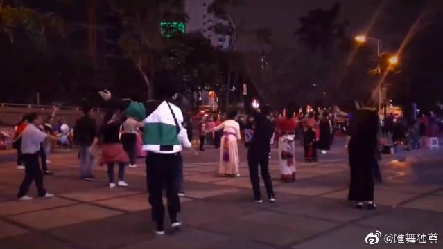 张艺兴当街跳广场舞,中二舞魂魔鬼步伐疯狂踩点