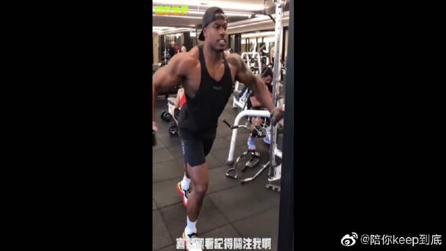 龙门架夹胸:锻炼胸大肌黄金动作,坚持练习让你变得更有型!
