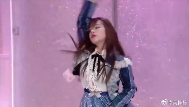 SNH48萌妹穿萝裙唱跳宋茜《屋顶着火》,这个眼神甜化毛毛