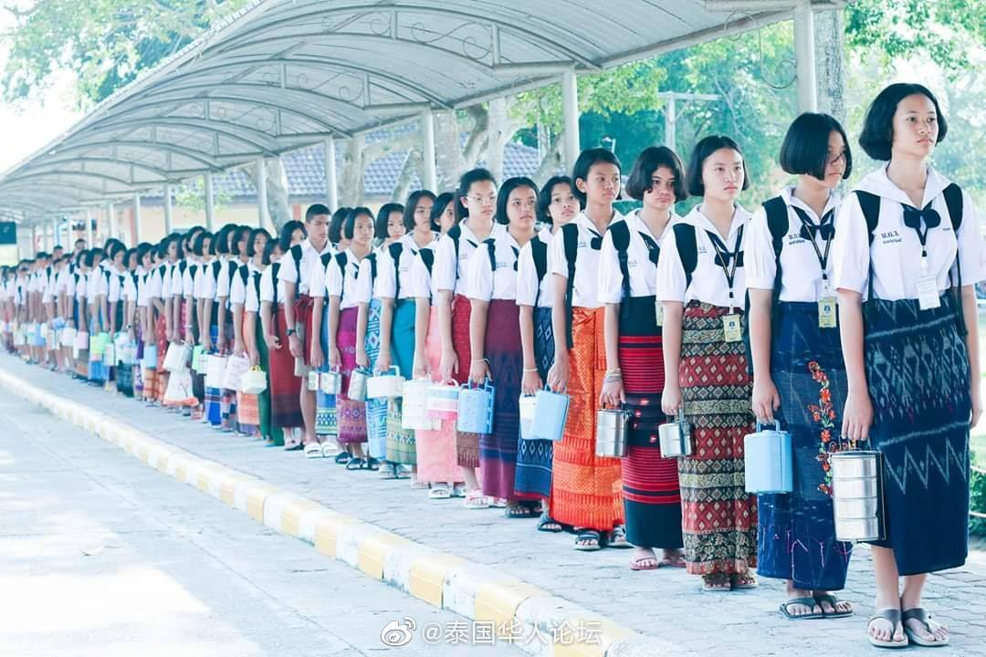 泰国初中学生穿泰服排长队获赞