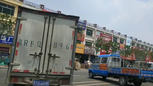 菏泽开发区恒盛大市场苍南路上,成了停车场