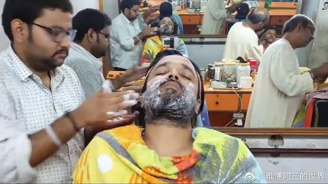 印度理发店特色服务:自带美白效果的糊脸式按摩,小哥都快眯着了!