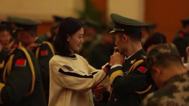 当军嫂为自己的兵哥哥戴上军衔,那一刻,笑容好美