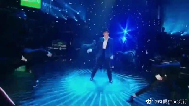 歌手林忆莲现场,演唱《LeslieForever》,非常有感觉的音乐哟!