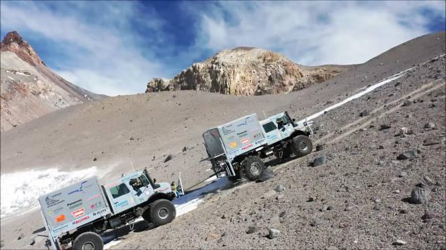 乌尼莫克攀登上了6694米的智利世界第二高的活火山ojos de sa