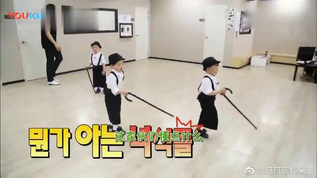 三胞胎穿着踢踏舞的服装,呆萌又可爱,万岁一进屋就开始跳起舞