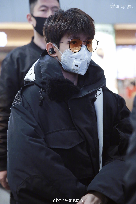 机场私服造型,这眼镜一般人真驾驭不了,另外手也太好看了吧!