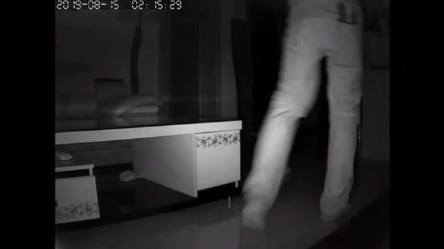 瘆人不?一男子深夜疑似钻窗户入室想要盗窃
