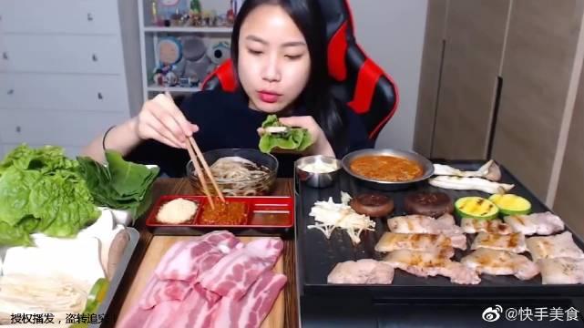 女孩狂吃6斤烤五花肉,还有苏子叶生菜叶和配料,吃得满嘴流油