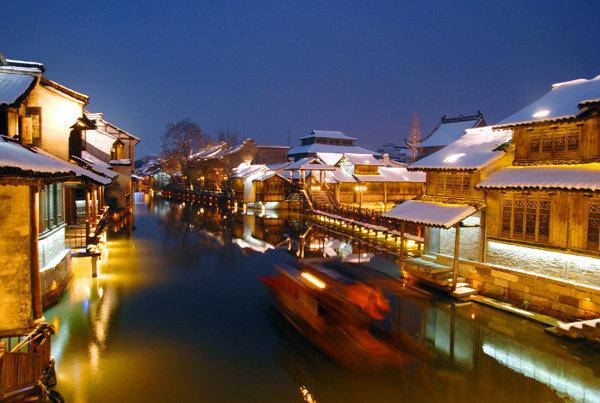 窗含西岭千秋雪,门泊东吴万里船。