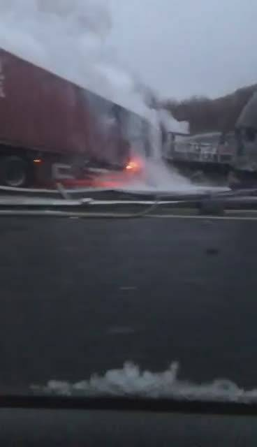 吉长高速发生连环车祸,大货和客车相撞引发火灾