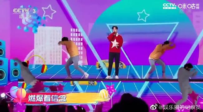 2020网络春晚:胡夏演唱《青春不停跑》满屏青春气息