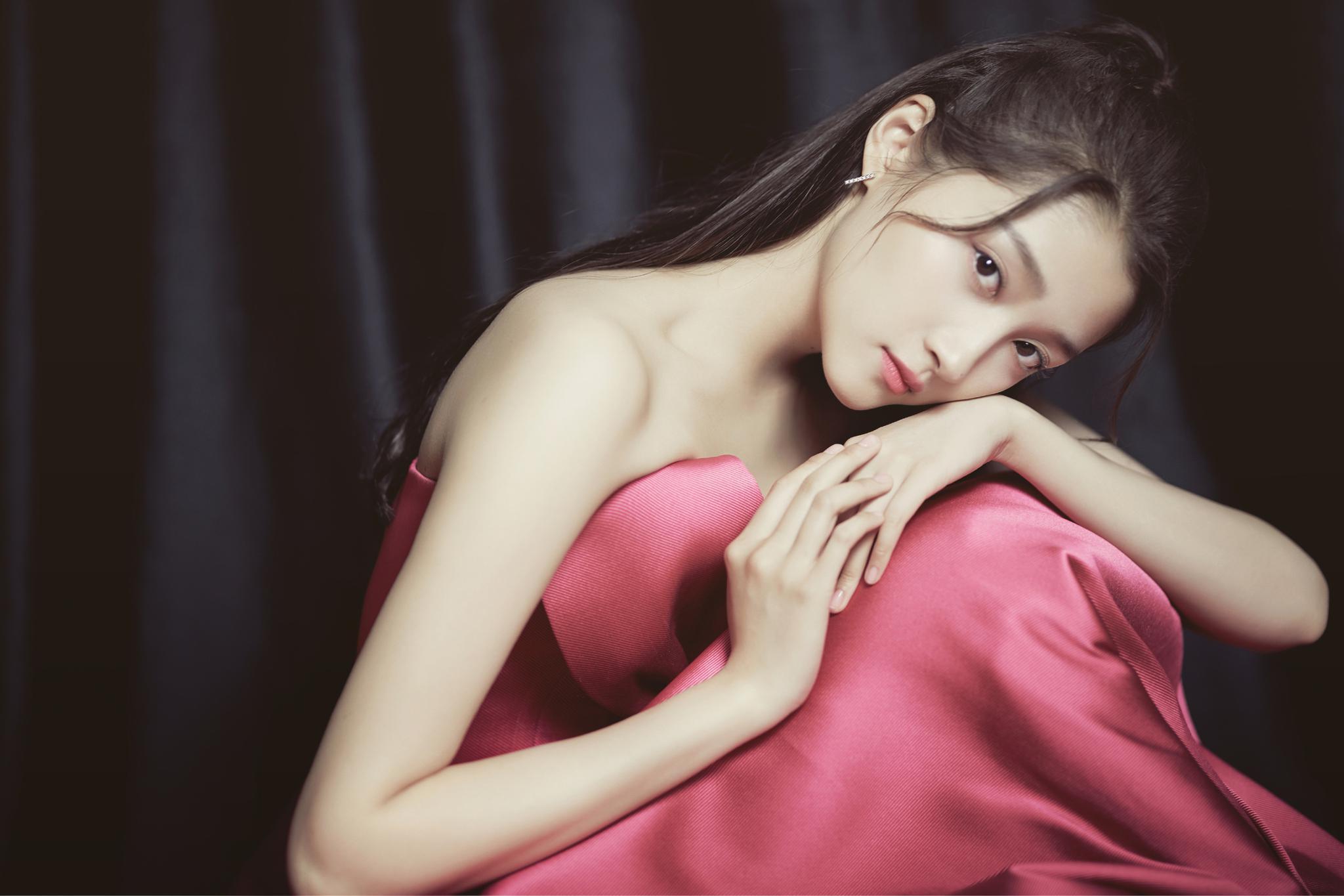 元气满满的玫红色蝴蝶结礼服裙