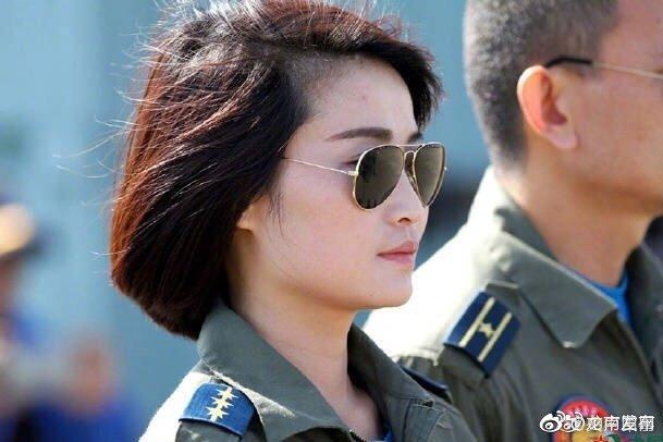 2005年入伍,先后飞过4种机型;她是中国首批歼击机女飞行员