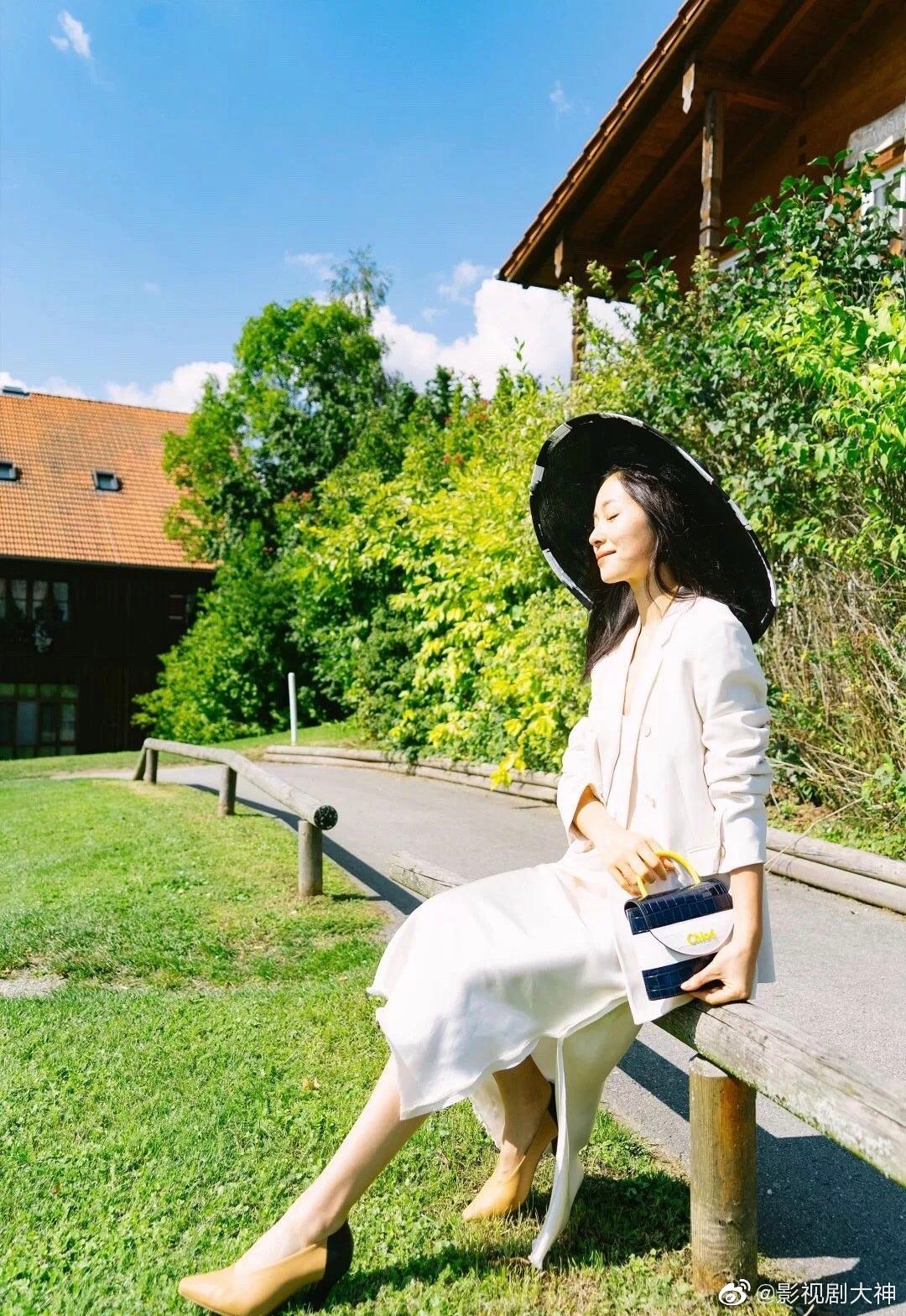 江一燕最新秋日写真,白色西装外套白色内搭长裙,搭配黑色遮阳帽