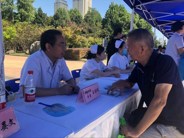 本周五全市400余名医生义诊 地点:水果湖步行街和汉口江滩风帆广场