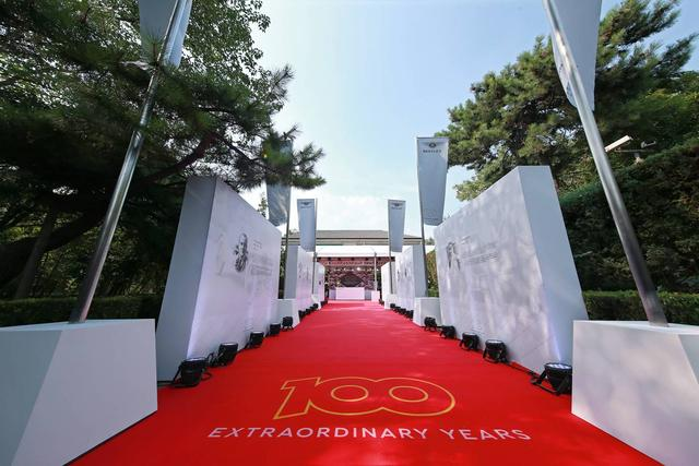 宾利居然将百年庆典开在了英国驻华大使官邸,顺便首秀了全新飞驰