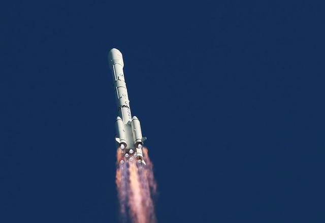航天飞机发射时,为什么中间的大火箭不启动呢?今天算长见识了