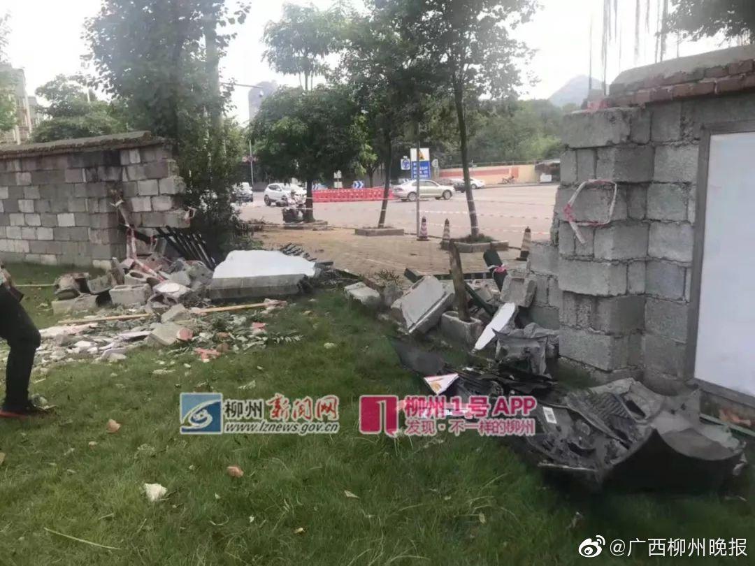 有酒气!无牌7系宝马凌晨连环撞:柳州军博园8米围墙坍塌,树也倒了
