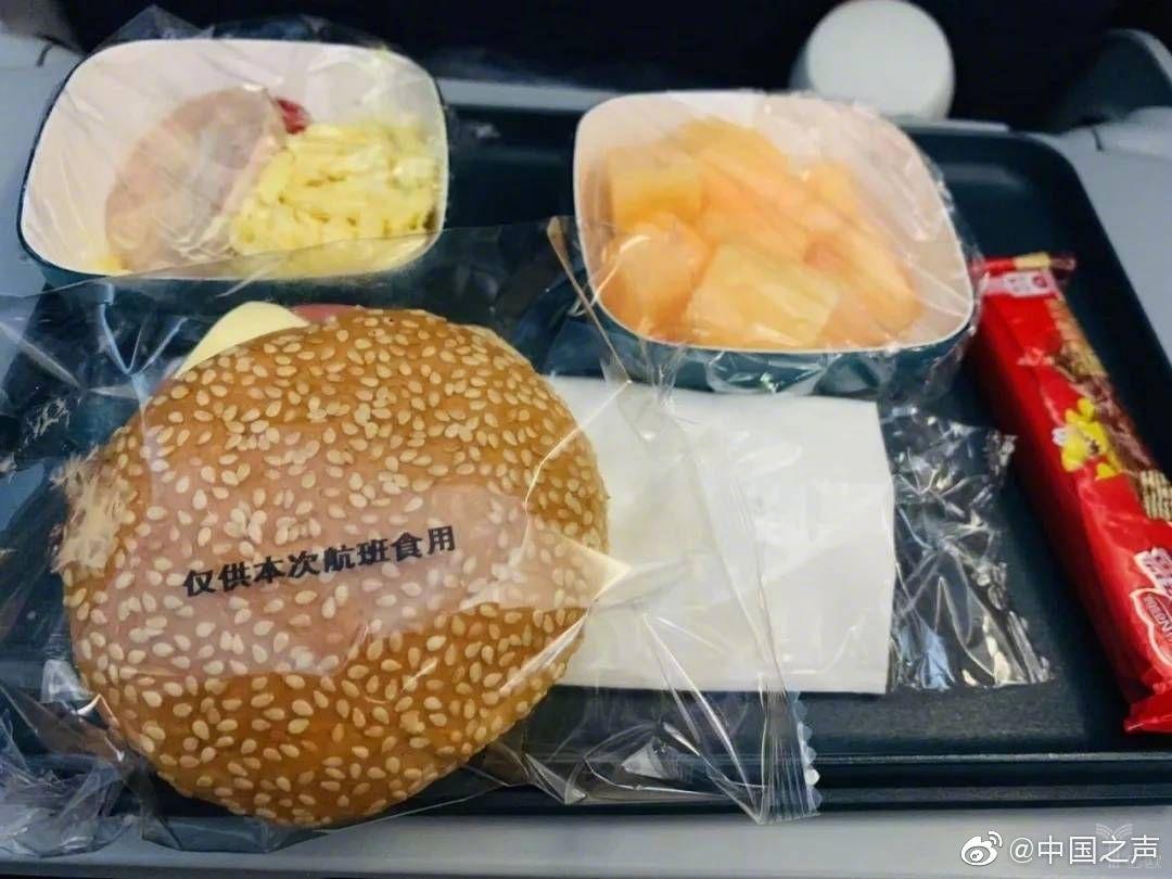 飞机餐,已经成为不少人乘坐飞机的标配,但这种标配正在遭遇危机
