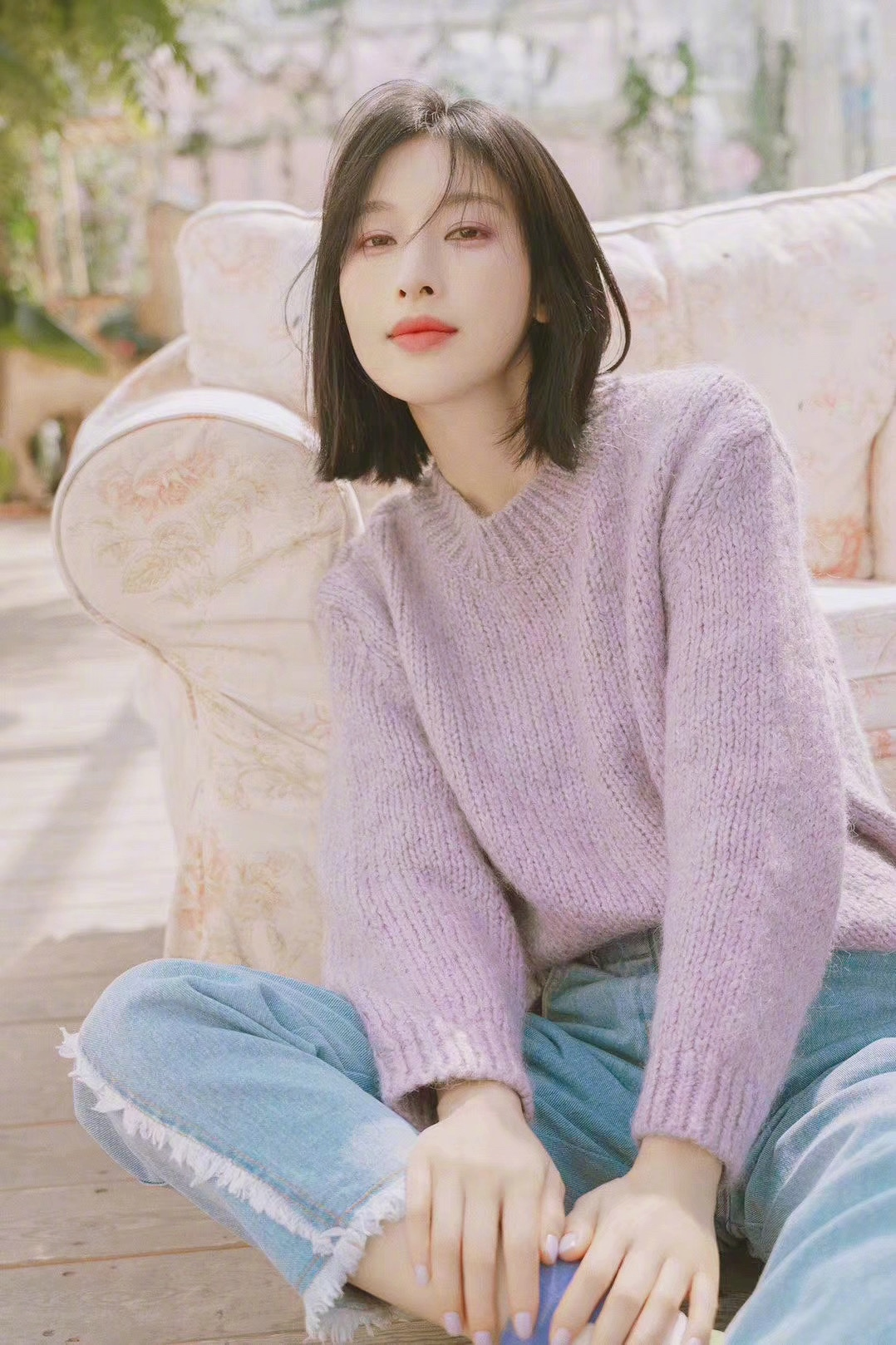 张俪薰衣草色写真大片,身穿软糯薰衣草紫色针织毛衣,温柔甜美。