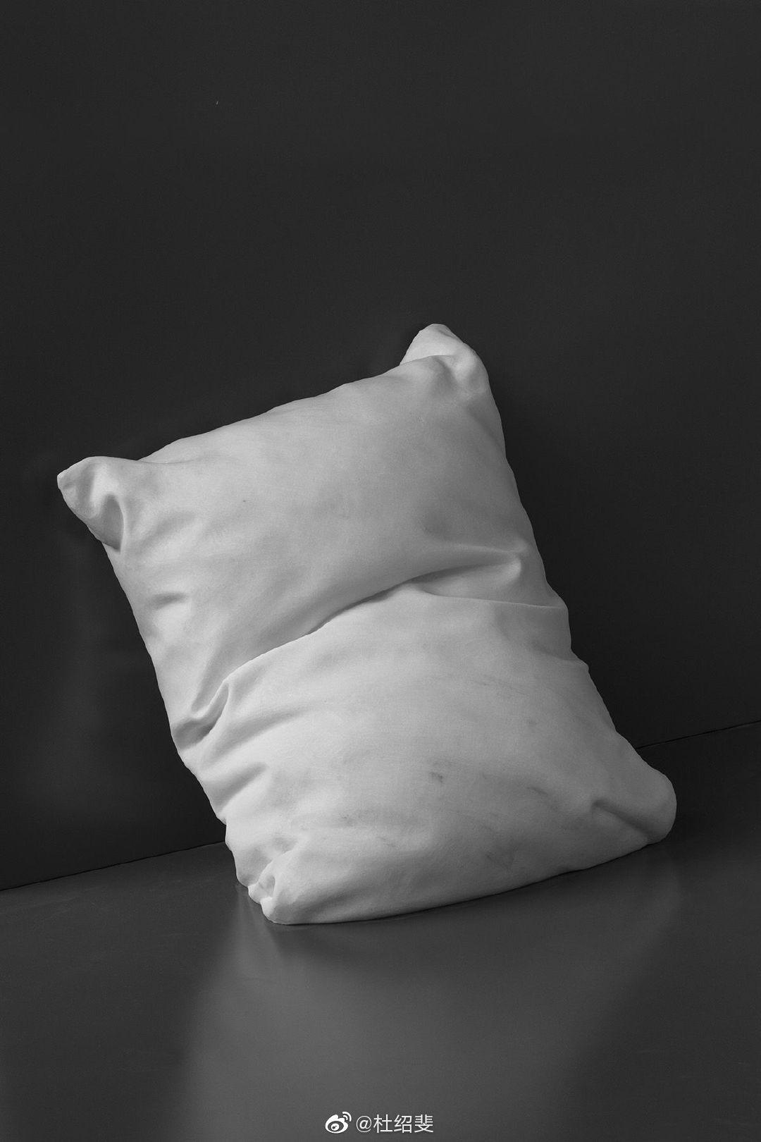 挪威雕塑家Hkon Anton Fagers使用大理石块雕刻的枕头作品