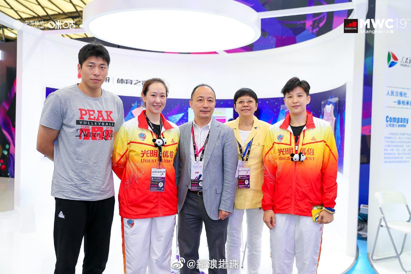 上海女排队员米杨、张磊与上海男排主帅沈琼共同出席商业活动