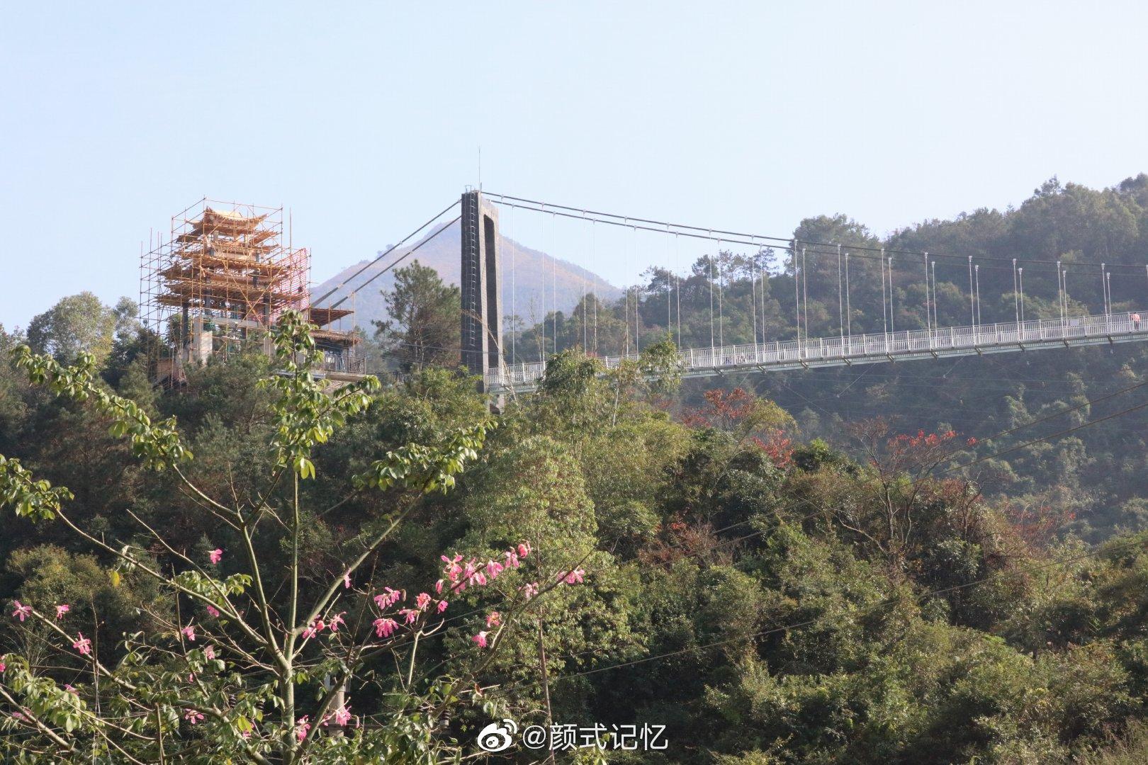 广东省云浮市天露山梅溪小镇是一度假区,游乐设施不少,很有挑战性