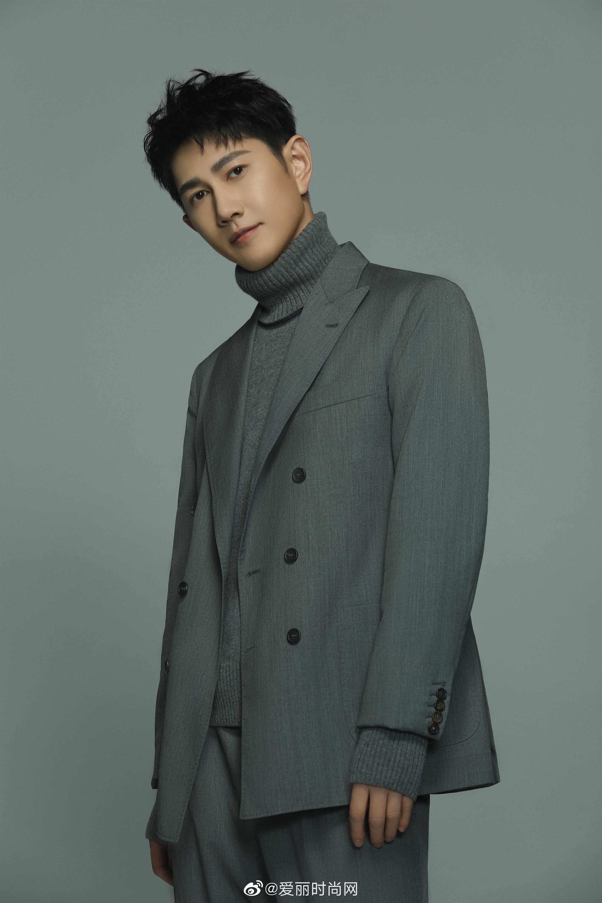 实力演员@何明翰 曝光一组写时尚真,整体灰色系造型潇洒俊逸