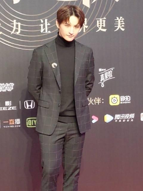 @张远Bird 亮相2019微博之夜红毯,心型刘海超抢镜!