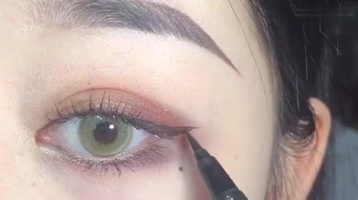半截眼妆更适合日常妆容,超级自然——春丽    ()