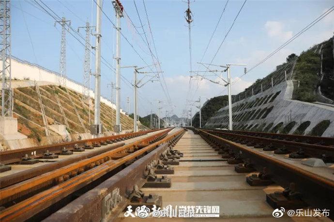 成贵铁路贵州段开始带电测试 12月26日开通运营