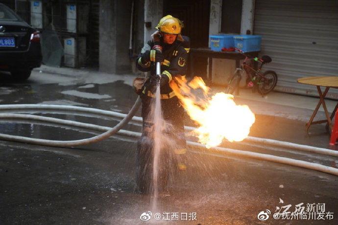餐馆厨房着火 弋阳消防员4进火场抢出喷火液化气罐