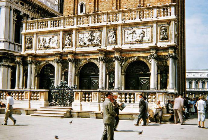 意大利都灵市中心皇家马厩与马术学院Cavallerizza reale突发火灾 意