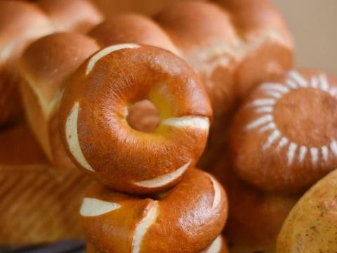 用它代替糖水,做出来的贝果色泽红亮有光泽,不仅健康,味道更香