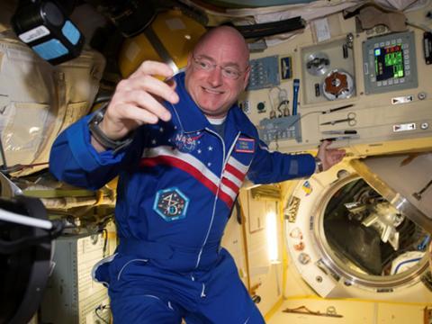 美国一宇航员,在空间站待了300多天后,发现基因永久变异