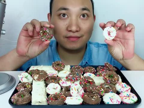 吃甜甜圈与巧克力棒,听不同的咀嚼音!