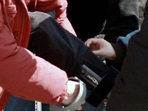 《攀登者》吴京版预告中,吴京在腿伤未愈的情况下进组拍摄