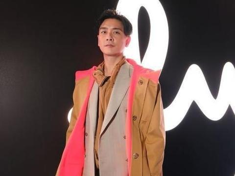 黄宗泽获邀赴巴黎时装周看秀 与品牌创始人合影劲兴奋
