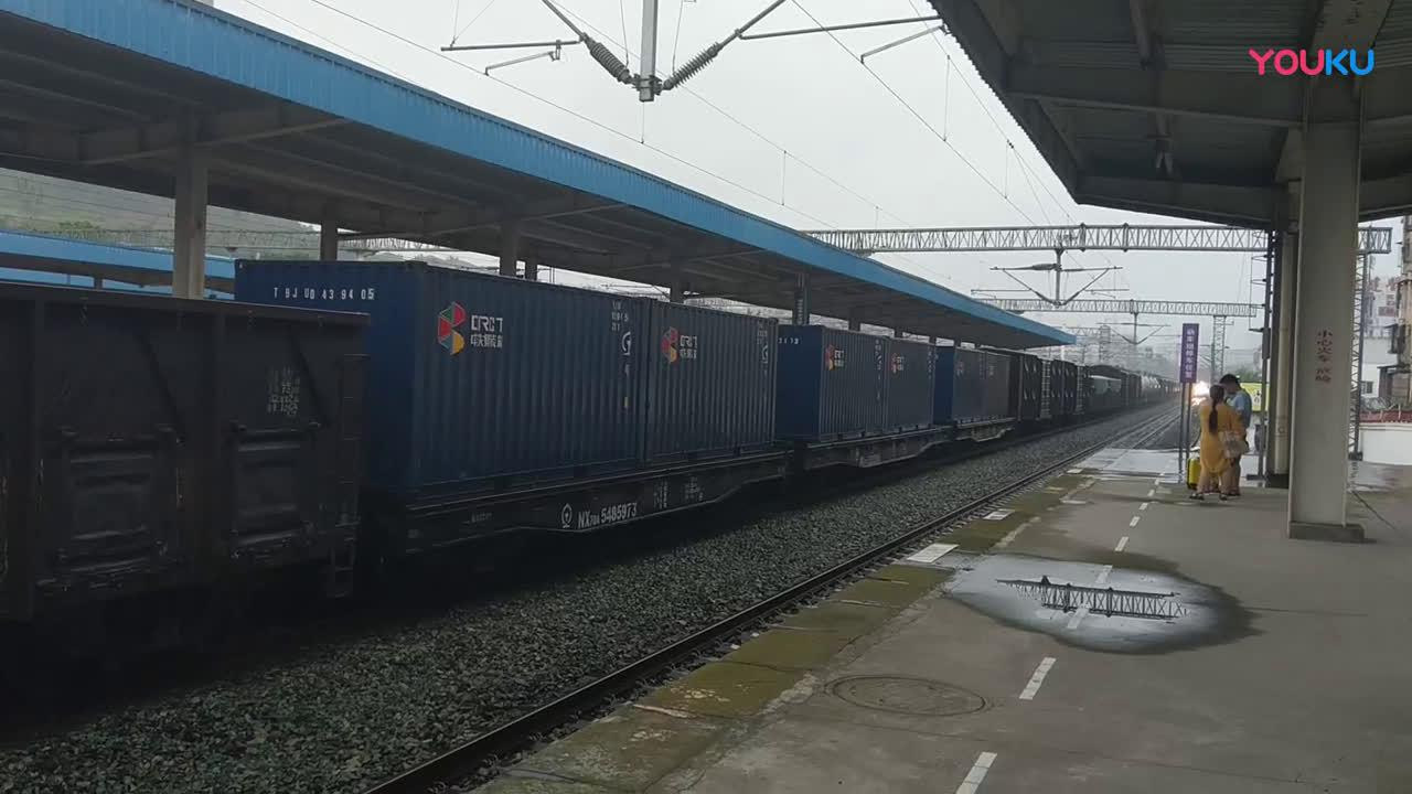 达州快速动车方便又快捷D5199达州到成都的动车雷雨中进入南充站@达州