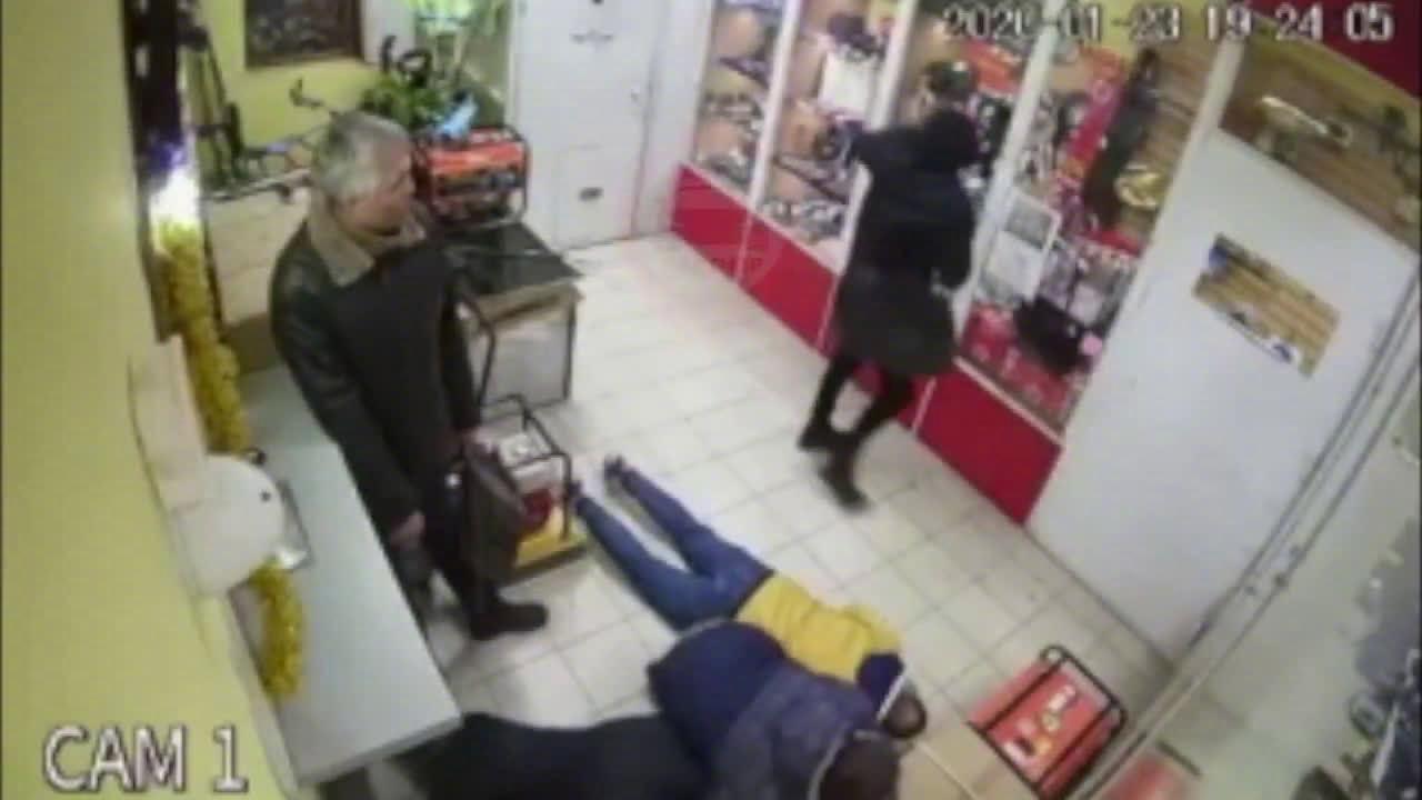 一个笨贼打劫一家商店,谁知店家收银台装有装甲门和防弹玻璃