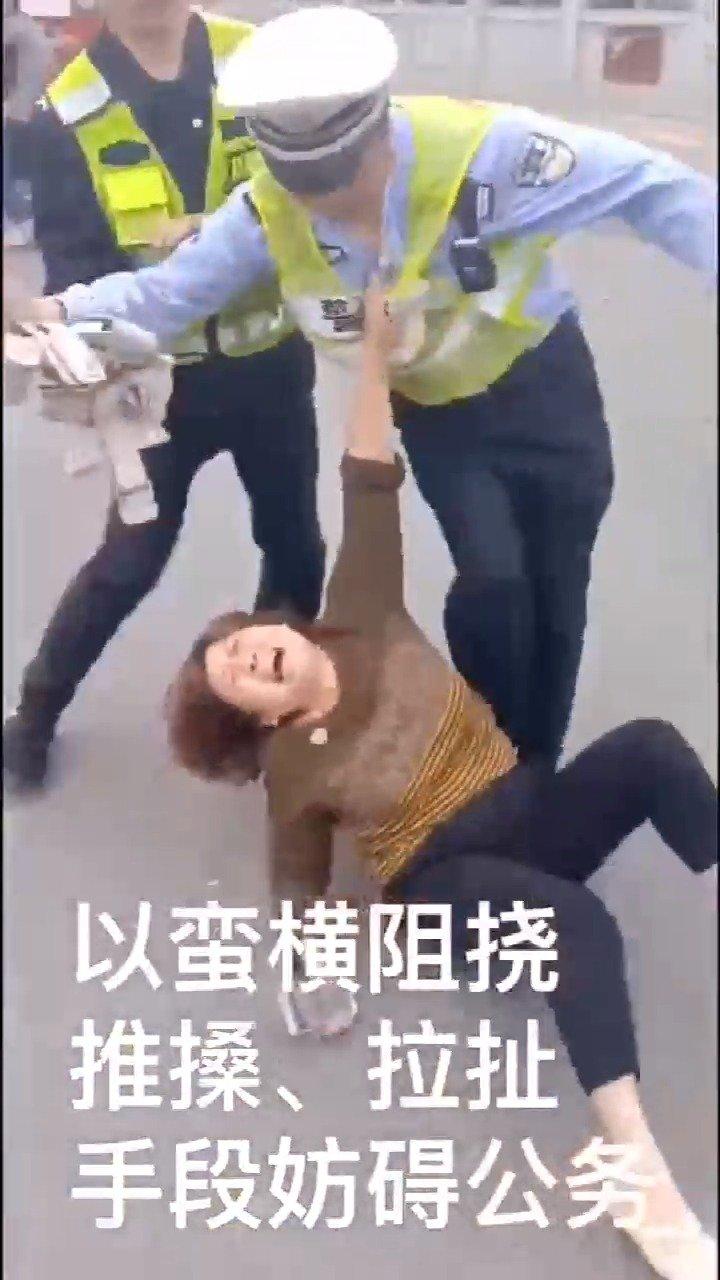 电三轮非法载客被查,姐妹俩对民警手撕嘴咬!无语了...