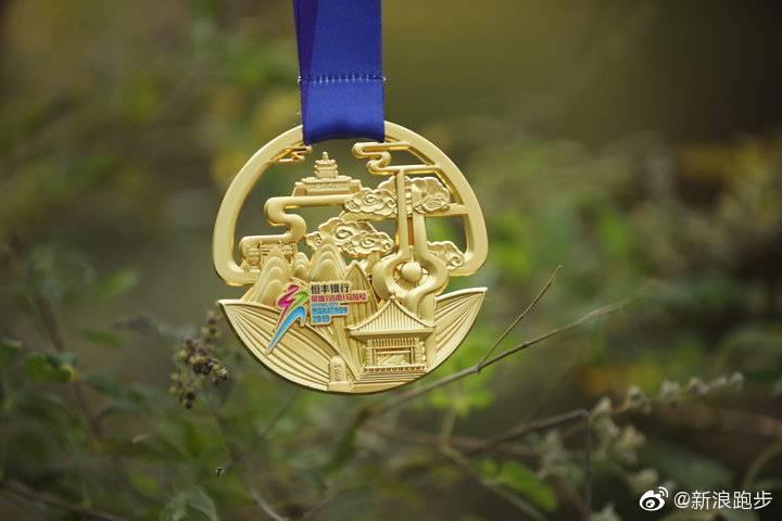 完赛奖牌和参赛服出炉了,看上去如何,比赛将在北马前一天开跑